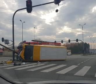 Wypadek na Olechowie. Samochód firmy kurierskiej na boku [zdjęcia]
