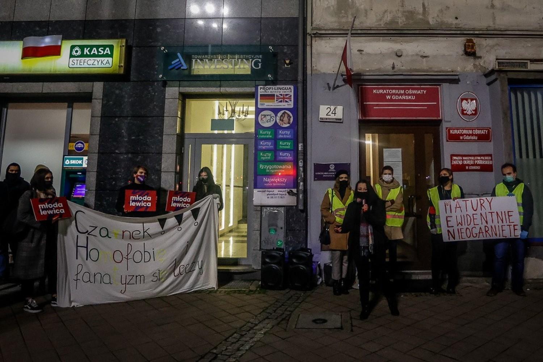 Protest maturzystów pod Kuratorium Oświaty w Gdańsku w środę, 25