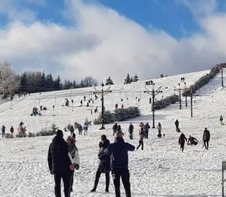 Śnieg w Andrzejówce, na Dzikowcu i w Rzeczce. Mieszkańcy oblegają stoki, jest pięknie