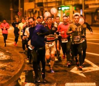 Nocna Dycha do Maratonu w Lublinie. Biegacze opanowali Felin i okolice. Zobacz zdjęcia!