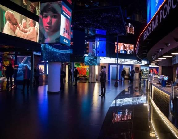 W trzypiętrowym kinie znajdziecie 8 sal, w tym 3 supernowoczesne. Co więcej, jest to pierwsze w Polsce kino, które feruje projekcje w innowacyjnej technologii laserowej Christie RealLaser™. Dzięki wielkoformatowym ekranom LED o wysokiej rozdzielczości, wyświetlających zwiastuny i plakaty filmowe, można poczuć się jak na rozświetlonym Times Square. Kino posiada trzy sale tzw. Helios Dream, w których widzowie mogą oglądać filmy na fotelach z elektryczną regulacją oparcia i podnóżka lub na podwójnych kanapach, które mogą się rozkładać.   [b]Adres: [/b]Aleje Jerozolimskie 179