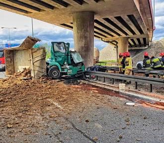 Śmiertelny wypadek na A4. Ciężarówka roztrzaskała się o filar wiaduktu