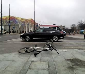 Wypadek rowerzysty na skrzyżowaniu Piotrkowskiej i Mickiewicza w Łodzi. 19-latek w szpitalu