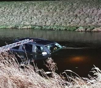 Mrzezino: Jeep wpadł do rzeki przy ul. Gdyńskiej    ZDJĘCIA