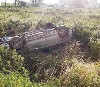 """Dachownie na """"piątce"""" koło Jaroszowa. Kierowca uciekł z miejsca wypadku"""