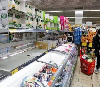 """Mieszkańcy umawiają się na zakupy bez maseczek. Nazywają się """"wolnymi obudzonymi"""""""