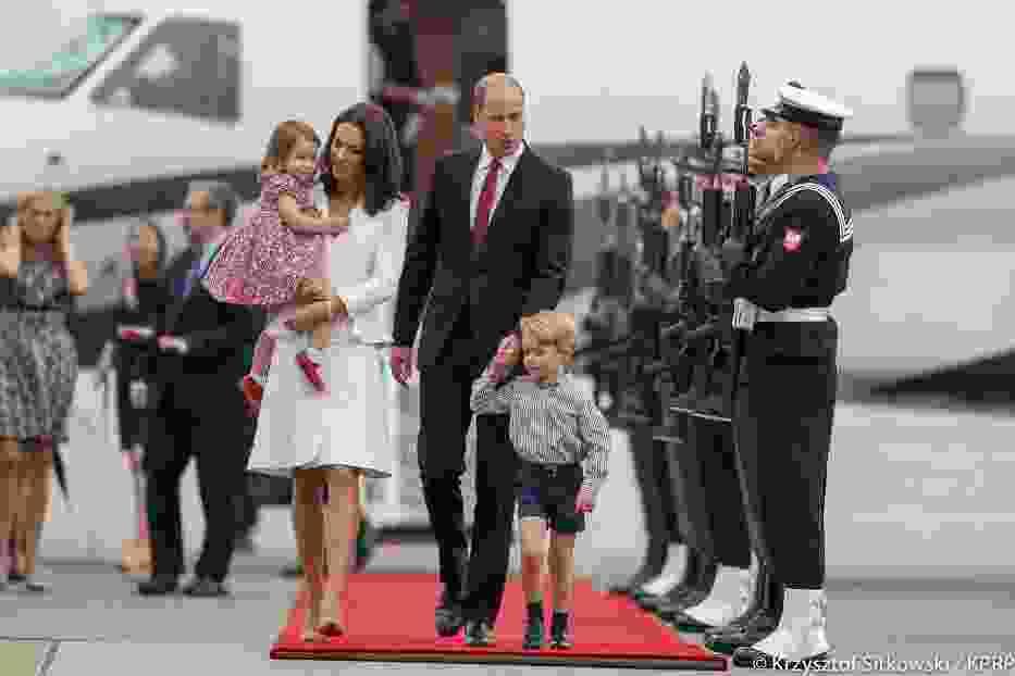 Książęca para już w Warszawie. Księżna Kate i książę William wylądowali na Okęciu! [ZDJĘCIA]