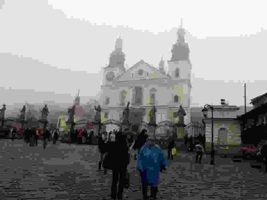 Sanktuarium pasyjno-maryjne w Kalwarii Zebrzydowskiej w wielkopiątkowy poranek było spowite mgłą