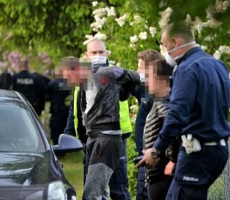 Akcja policji na działkach rekreacyjnych we Włocławku. Wiadomo kto kierował oplem, który uderzył