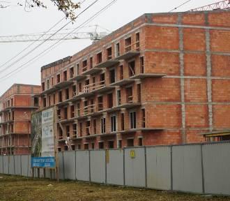Przy Opolskiej znikają baraki, a rosną mieszkania komunalne. Zobacz zdjęcia!