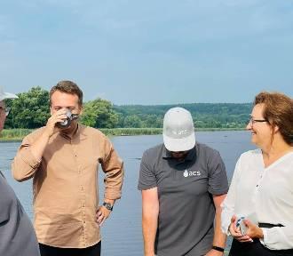 Prezydent Materek skosztował... preparatu do oczyszczania wody w Pasterniku