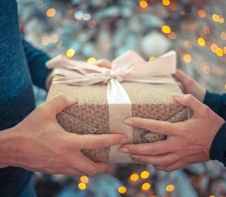 Ile wydajemy na prezenty świąteczne 2019? Na bogato i przez Internet. Są i tacy, którzy nie kupują
