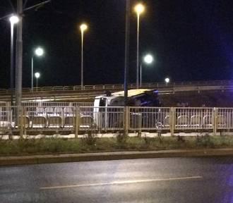 Wypadek na prawobrzeżu. Bus wylądował na torowisku [ZDJĘCIA]