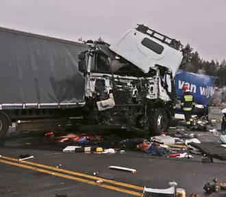 Tragiczny wypadek na S3 pod Zieloną Górą. Czołowo zderzyły się dwa tiry
