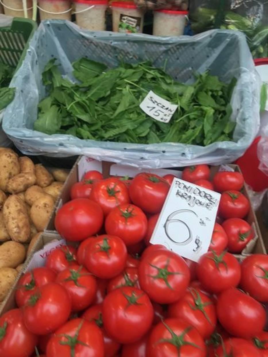 Ceny warzyw i owoców na rynku przy Placu Kupieckim w Chełmie
