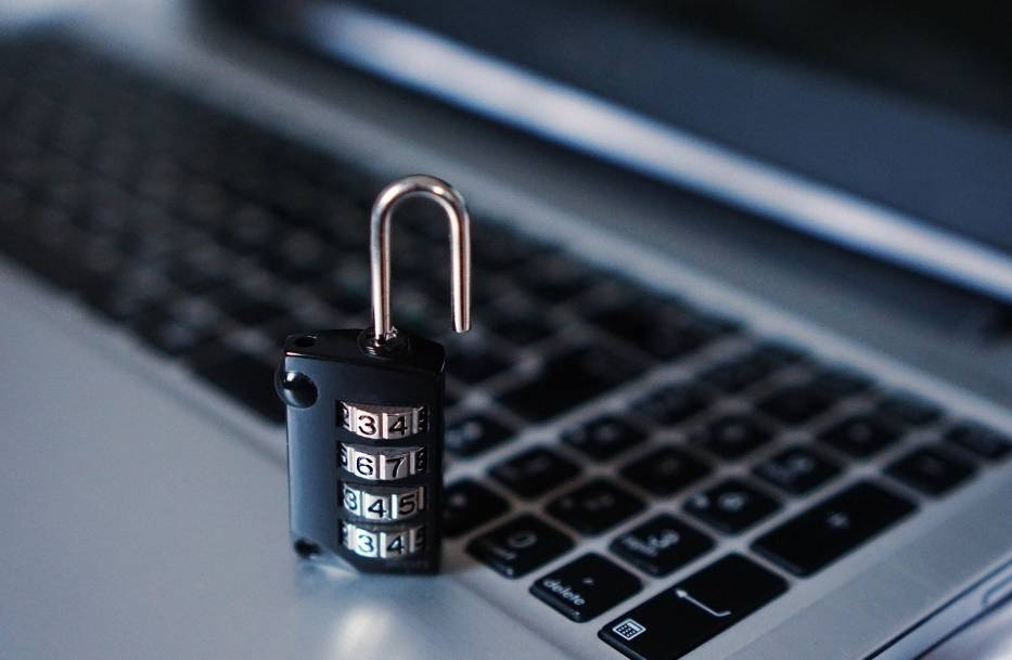 CyberbezpieczeństwoCyberbezpieczeństwo wiąże się z szeroko rozumianą kwestią bezpieczeństwa w Internecie