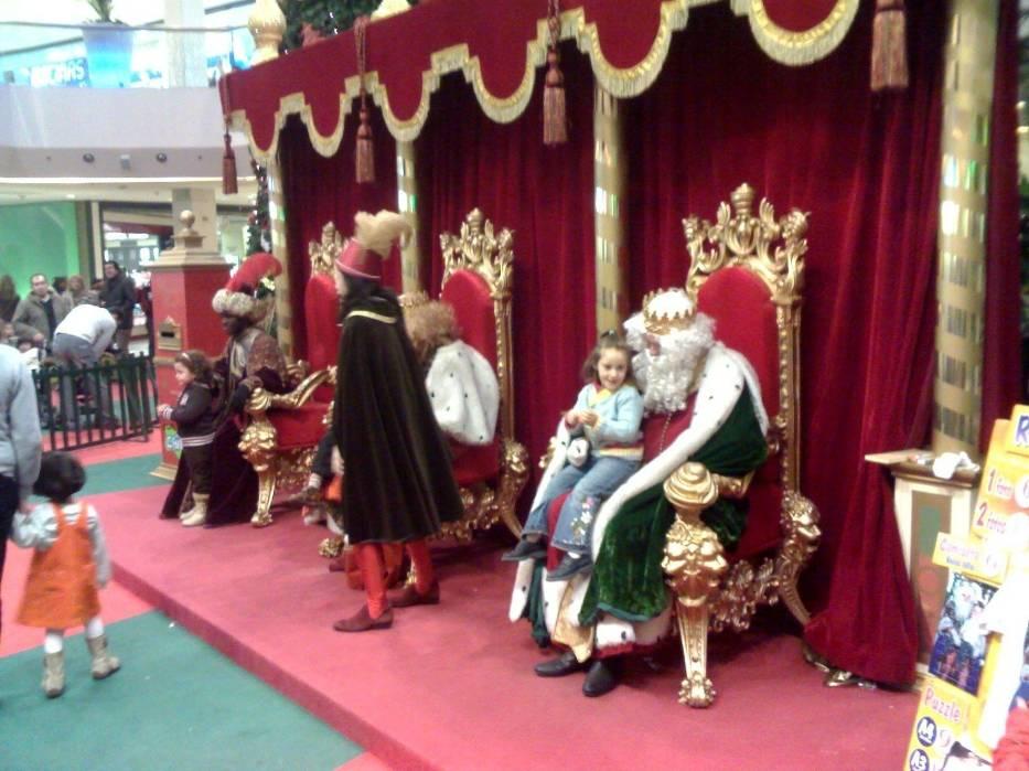 Trzej Królowie wszędzie witają dzieci prezentami