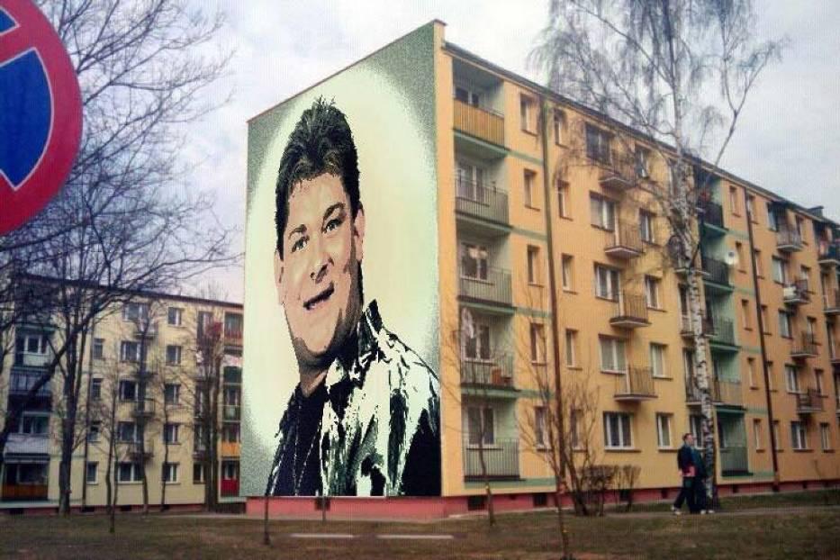 Zenon martyniuk na muralu bia ystok chce uhonorowa ikon for Mural bialystok dziewczynka z konewka