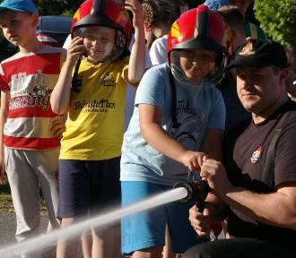 Osiedlowy Dzień Dziecka na Łysogórskim. Atrakcją zjeżdżalnia i strażacki pokaz