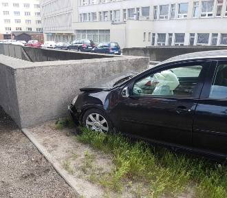 Wypadki w Gdańsku. Dachowanie auta na Sadowej, kierowca uciekł. Kolizja 2 aut na Okopowej [zdjęcia]