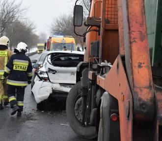 Wypadek w Wymysłowie pod Trzemesznem. Zderzyły się trzy osobówki i śmieciarka