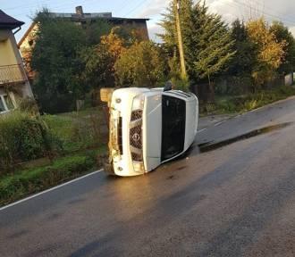 W Bugaju samochód wpadł w poślizg na serpentynach. Wylądował na boku