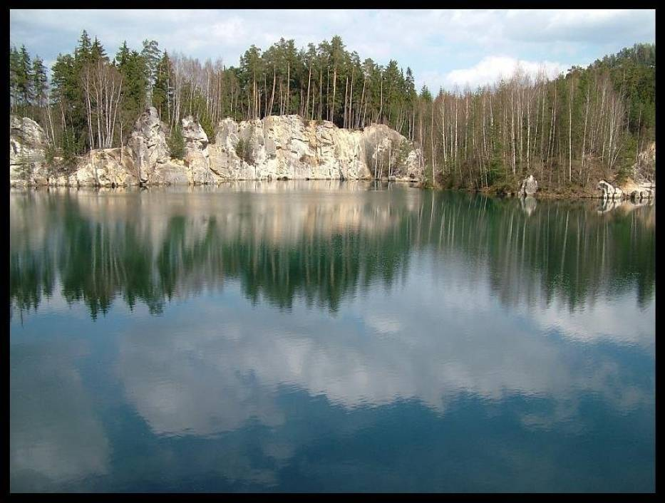 Przy wejściu do Skalnego Miasta od strony wsi Adrspach wita nas urocze jezioro położone wśród skał