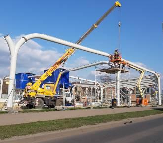 Przy Sądowej trwa budowa Centrum Przesiadkowego. Konstrukcja wiaty nabiera kształtów ZDJĘCIA