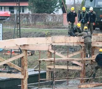 Wojskowi saperzy budują most na Obrze w Międzyrzeczu