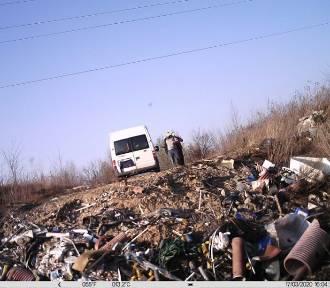 Dzikie wysypisko w Katowicach. Mężczyzna zwoził furgonetką gruz i odpady poremontowe. Namierzyli