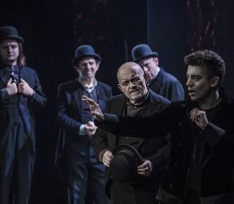 """""""Hamlet"""" w Teatrze Dramatycznym. Sztuka o bezwzględnym mordercy [recenzja]"""
