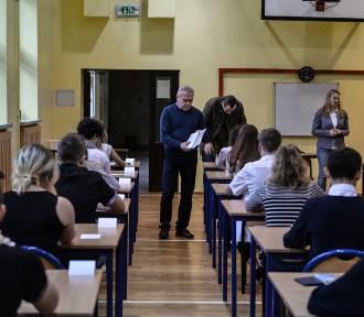Uczniowie piszą próbny egzamin gimnazjalny z Operonem [ZDJĘCIA]
