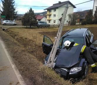 Zderzenie dwóch samochodów i uszkodzony słup energetyczny