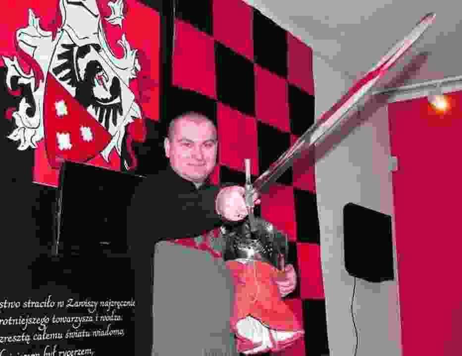 Radosław Zdaniewicz, kurator wystawy, w służbowym rynsztunku
