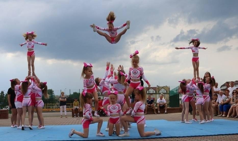 """Tak """"fruwają"""" staszowskie cheerleaderki z drużyny Pink Panthers"""