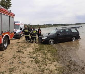Kobieta opalała się nad wodą. Przejechał po niej samochód
