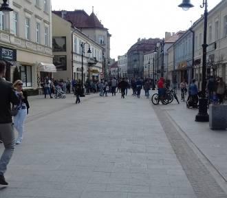Tłumy spacerowiczów na ul. 3 Maja w Rzeszowie [ZDJĘCIA]