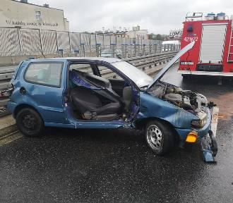 Wypadek w Chorzowie na estakadzie [ZDJĘCIA]. Samochód uderzył w barierki, droga zablokowana