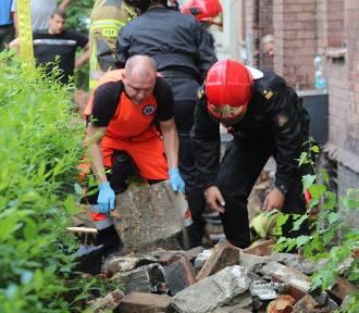Wypadek przy ul. Andersa w Legnicy. Olbrzymi kamień fundamentu przygniótł robotnika!
