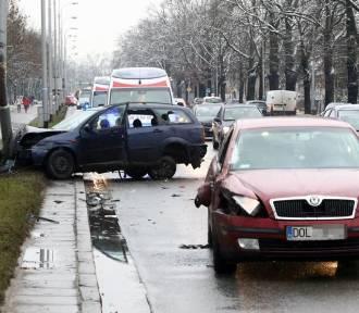 Mieszkańcy powiatu oleśnickiego ucierpieli w wypadku na Brücknera (ZDJĘCIA)