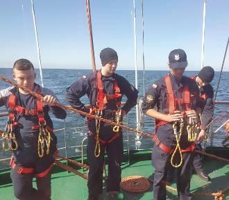 """Młodzi marynarze z AMW w Gdyni w pierwszym morskim rejsie. Na """"Iskrze"""" odwiedzili Hel"""