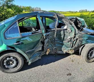 Wypadek w Szembruku. Samochód uderzył w drzewo [zdjęcia]
