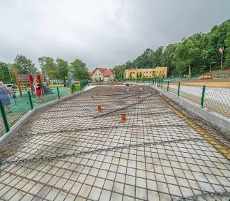 Park miejski w Limanowej zmienia się nie do poznania. Będzie tam plac wodny z plażą [ZDJĘCIA]