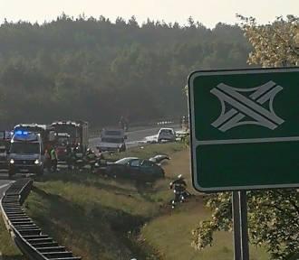 Wypadek w Mierzęcicach. Zderzenie ciężarówek i osobówki na S1. Z cysterny wyciekła substancja