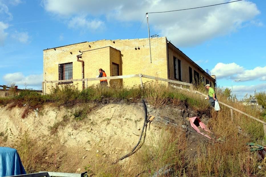W obiekcie, który znajduje się na niewielkim wzniesieniu widocznym z ulicy, prowadzone jest biuro budowy i pomieszczenie socjalne