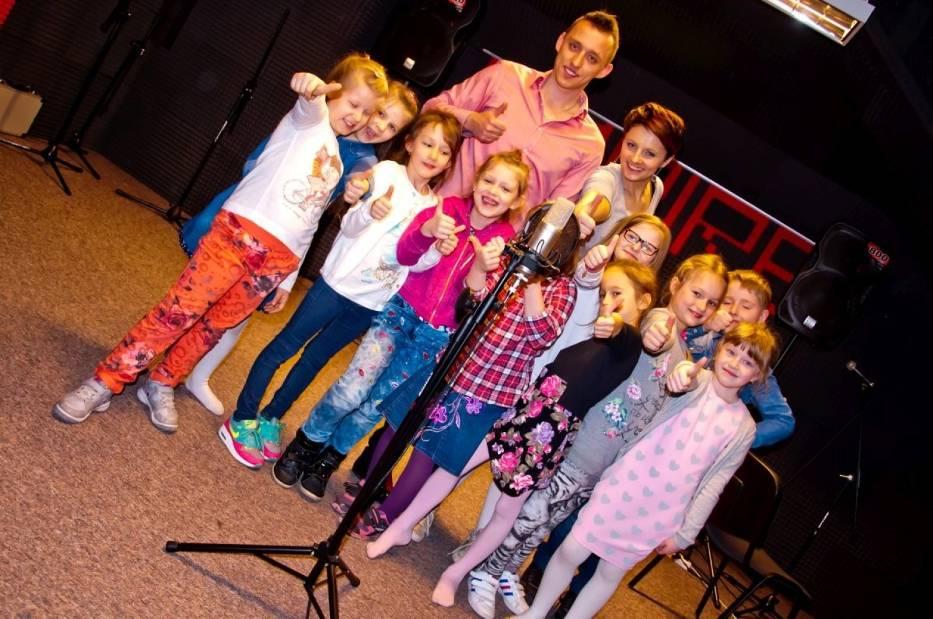 Każdy uczestnik zajęć przed nagraniem otrzymał od lektorki Kamili Karczewskiej tekst z piosenką