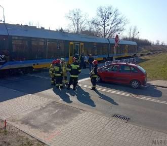 Samochód wjechał pod szynobus na ulicy Tysiąclecia w Opolu