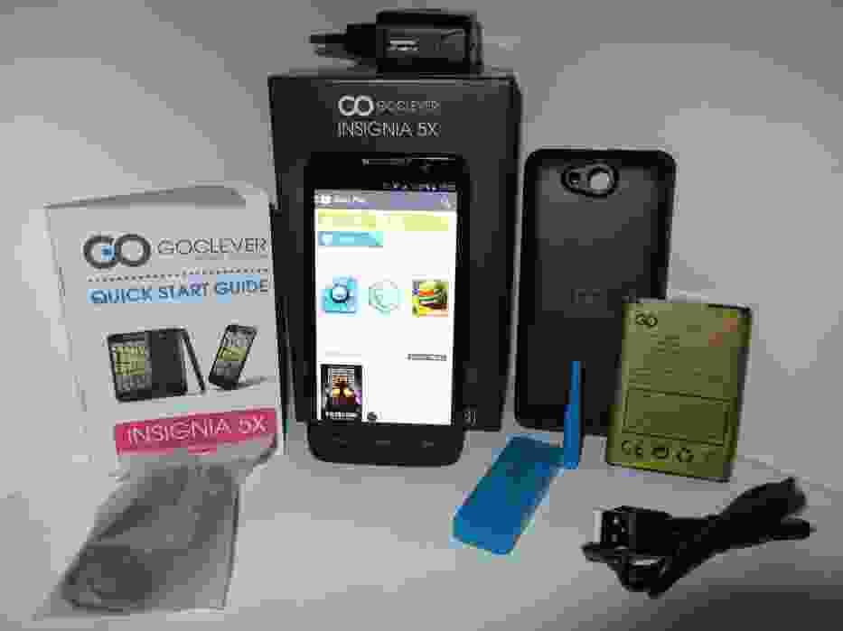 W zestawie oprócz smartfona Goclever Insignia 5X znajdziemy dwie baterie, dodatkową klapkę tylną, ładowarkę, kabel USB, instrukcję oraz opcjonalnie urządzenie AERODISPLAY