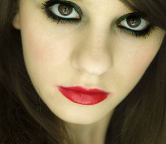 Makijaż na studniówkę. Jak zrobić? [WIDEO]