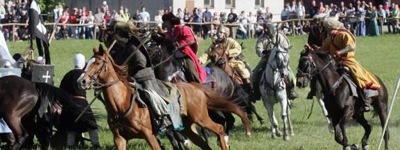 FechtFest - pierwsze od 400 lat publiczne Fechtschule pokazujące tradycje i kunszt władania historyczną europejską bronią białą w oparciu o zachowane źródła średniowieczne i renesansowe w formie turnieju szermierki długim mieczem bez uzbrojenia ochronnego we wrocławskiej Leśnicy.  Fechtschule będzie otwarte dla publiczności, zaś dla zwycięskich szermierzy przewidziane nagrody. Szczegóły dotyczące wymagań sprzętowych, zasad walki oraz pozostałe informacje związane z turniejem dostępne będą w regulaminie fechtschule.  Zainteresowani startem szermierze proszeni są o kontakt z Freifechter Wrocław ( freifechter.wroclaw@gmail.com ), który zastrzega sobie prawo do decyzji o dopuszczeniu szermierza do Fechtschule.  [b]Gdzie i kiedy?[/b] Centrum Kultury Zamek, Wrocław, pl. Świętojański 1 8 września, 12.00 Wstęp za darmo